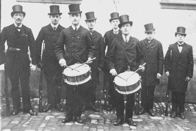 Eines der ältesten Fotos vom Sebastianifest: Die Wachmannschaft mit den Trommlern