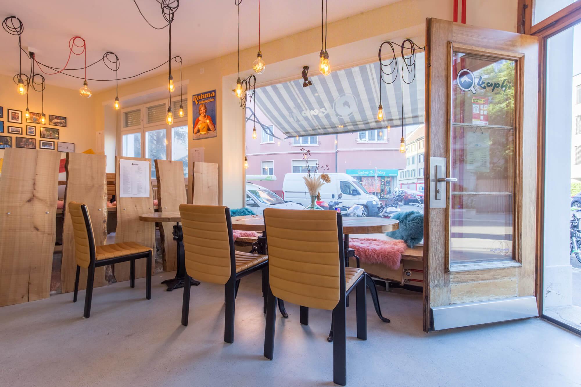 Kaffeebar mit Stühlen und Tischen mit Blick auf Strasse