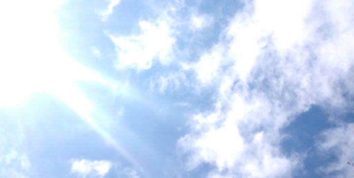 Kirkas pilvinen taivas