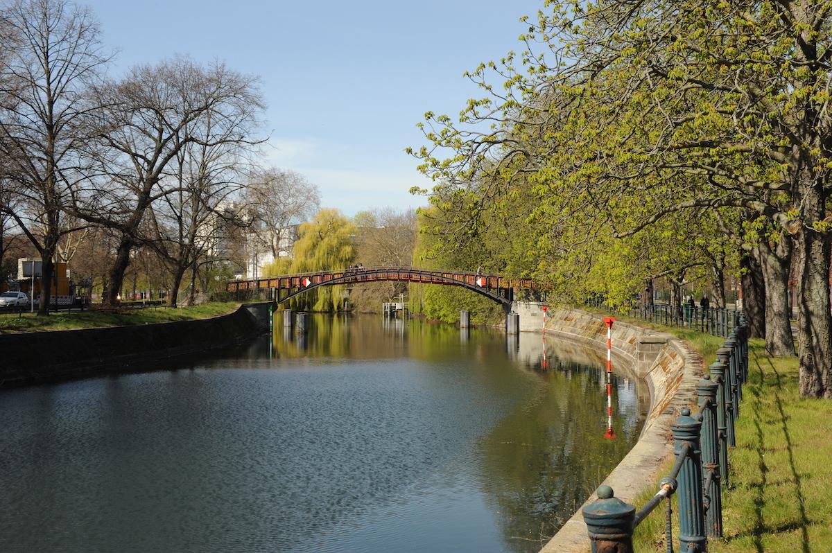 Пешеходный мост Hiroschimasteg через Ландвер-канал. Фото: Константин Кропоткин