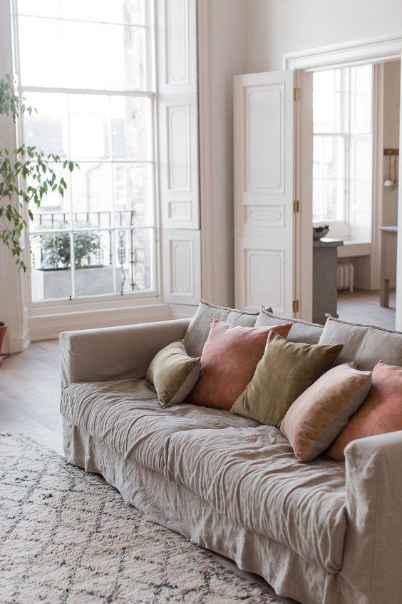 Canapé de coussins avec housses upcyclées