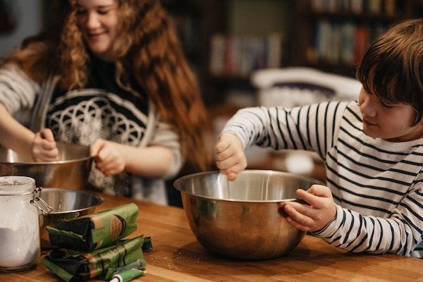 niños cocinando con un bol