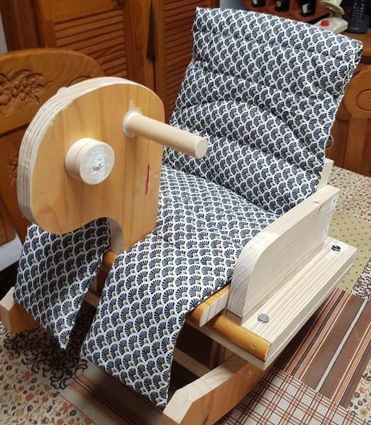 mecedora de bebé de madera hecha a mano