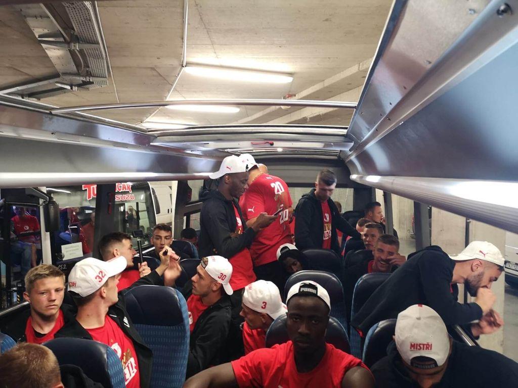 Oslava i v autobuse ISUZU Novo Cabrio