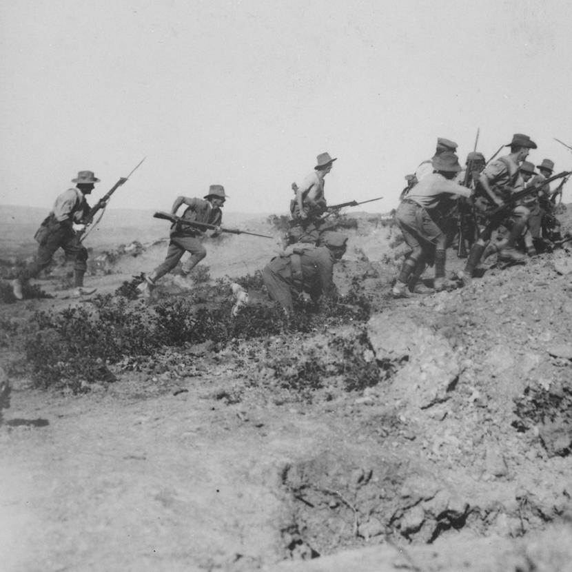 Австралийские войска стоят на изготовке у траншеи во время Галлиполийского сражения. Источник: wikipedia.org