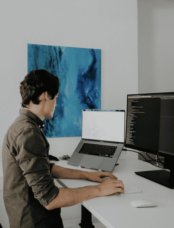 Softwareentwickler am Computer