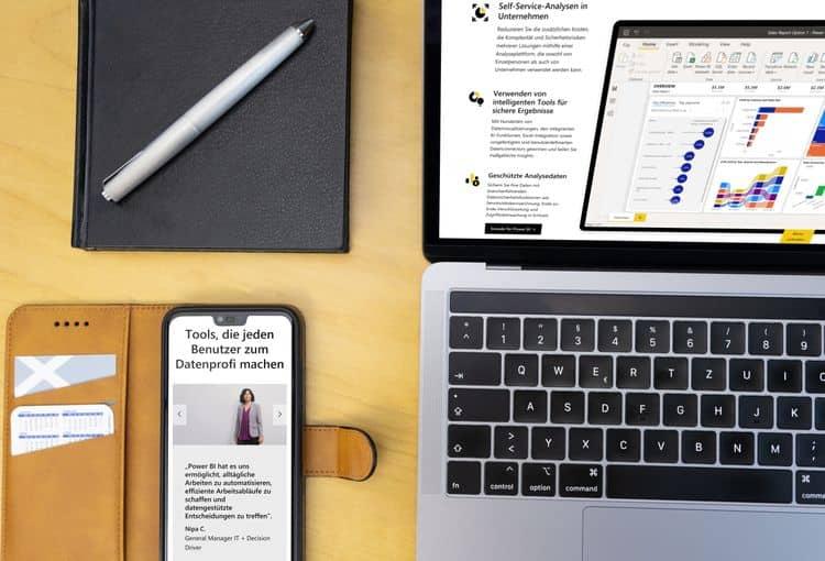 Offener Laptop auf Tisch mit Stift und Smartphone