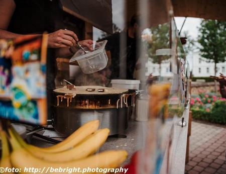 Frische ZUbereitung eines Crepes mit Kinderriegel im Food-Truck