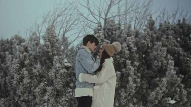 Pár, který se objímá v zimě.