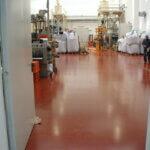 Pavimentazione industriale in resina, con macchinari e utensili.