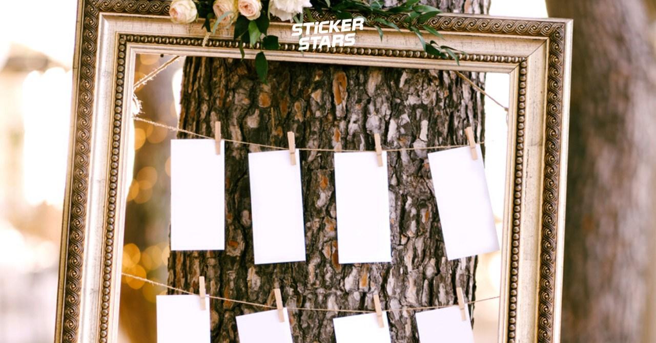 Sitzplan am Baum befestigen als Hochzeitsdeko.