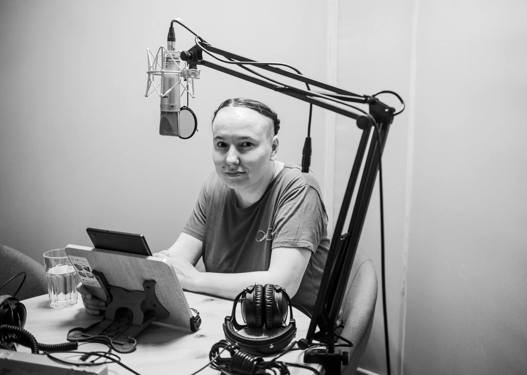 Евгения Некрасова записывает вступление каудиоверсии «Кожи». Фото: Букмейт