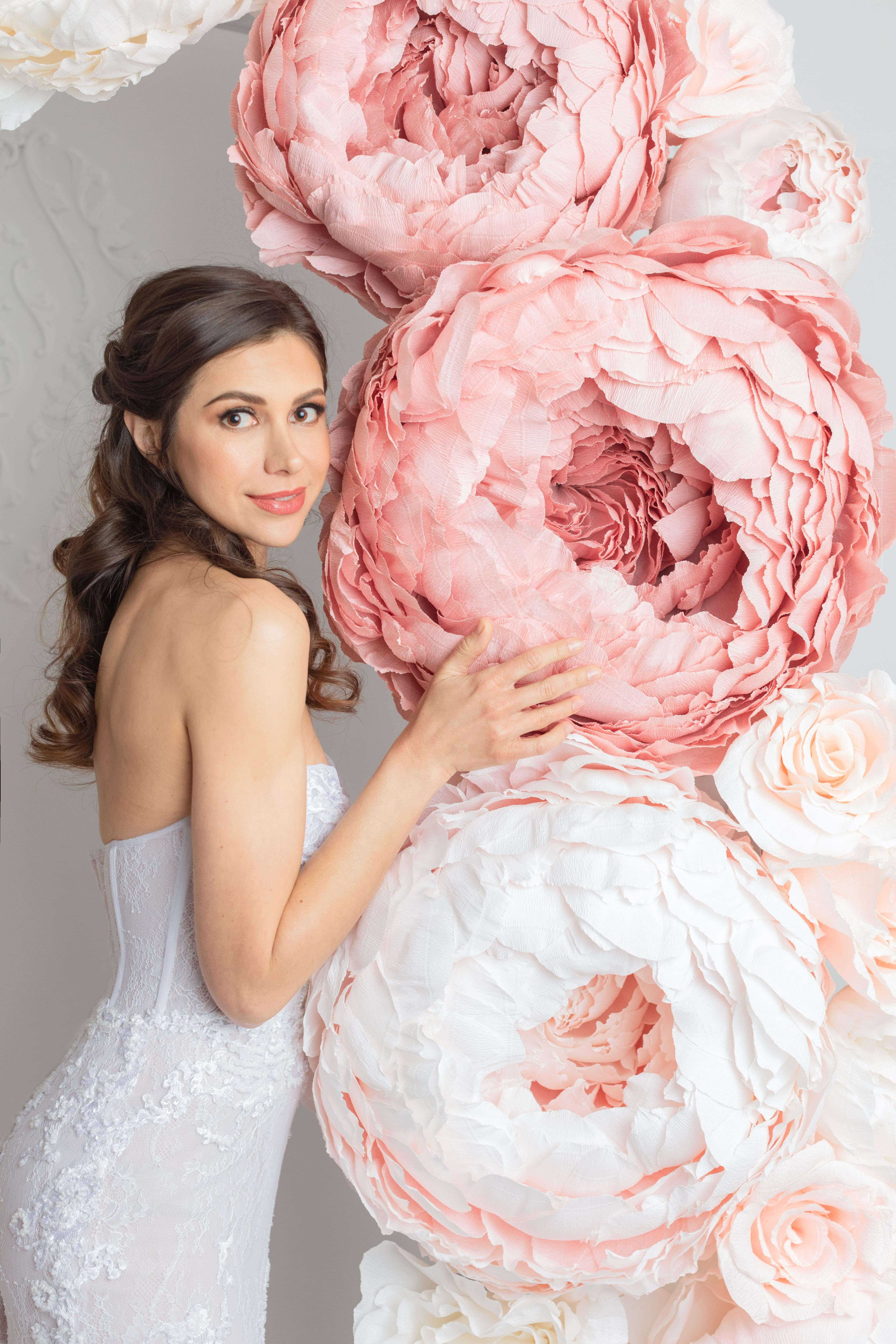 robe de mariee avec corset dentelle perlee en motifs asymetriques montreal boutique robe de mariee
