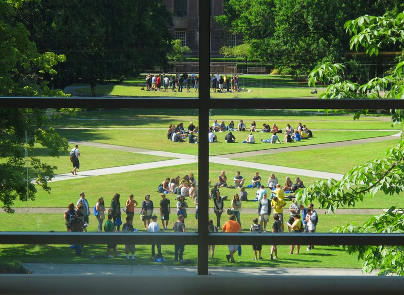 Students on a quad on the University of Oregon campus