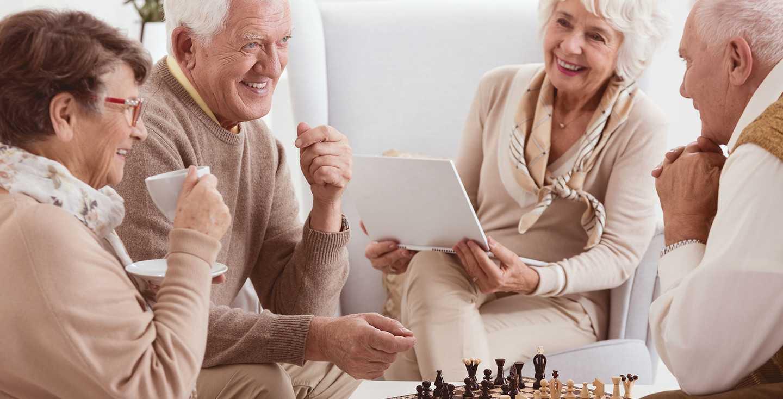 Eine Gruppe Rentner beim Schach - Rentensystem - Wie funktioniert es und warum funktioniert es nicht