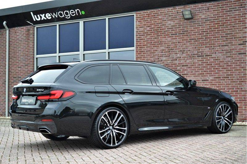 "BMW 5 Serie Touring 530d 286pk M-Sport Pano DA+ PA+ Laser 21"" Adp-drive HUD afbeelding 6"