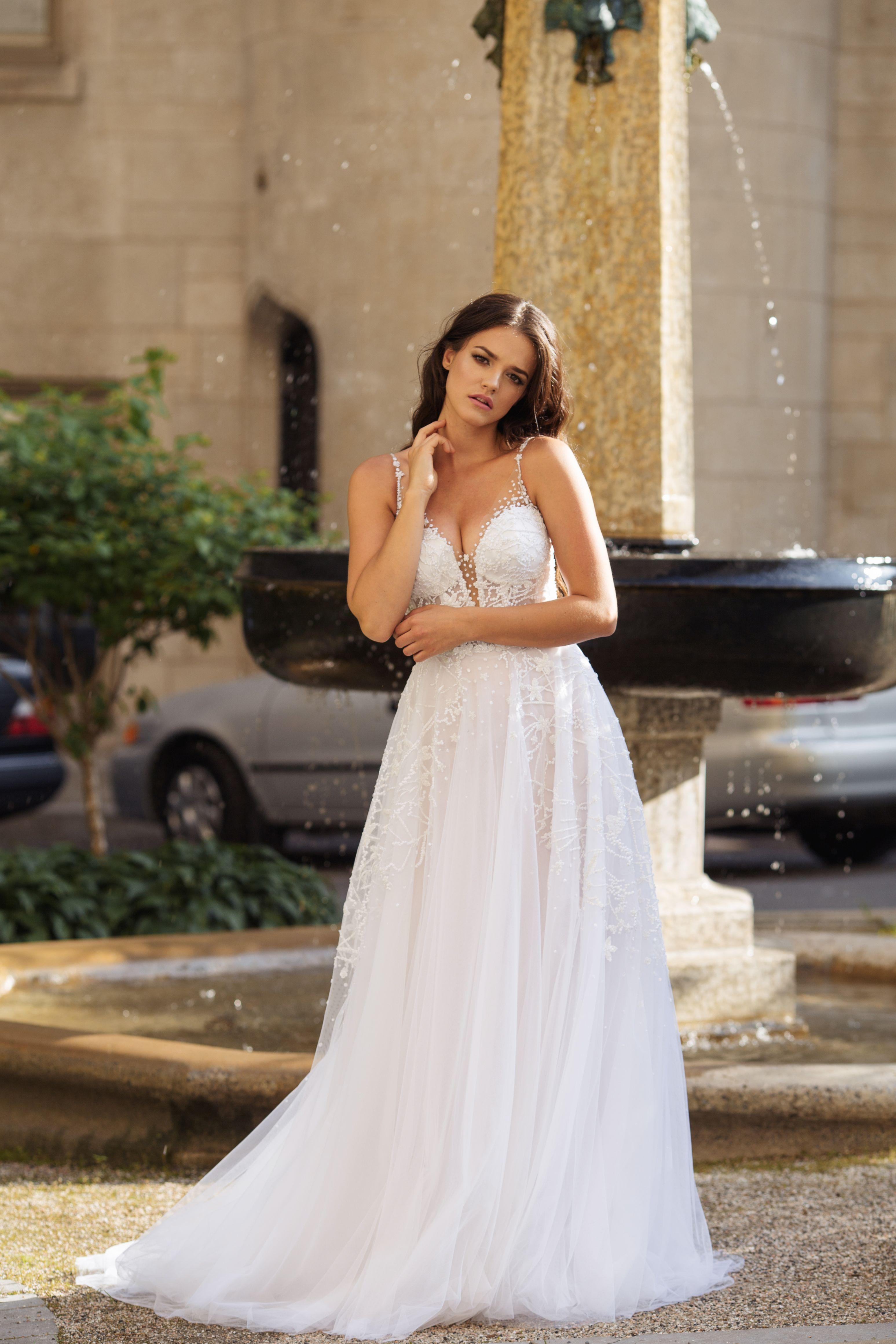 robe de mariee poudre avec dentelle perlee moderne lilia haute couture robes de mariee sur mesure montreal