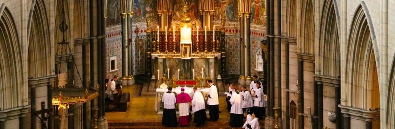 Kapłani z biskupem przy ołtarzu.