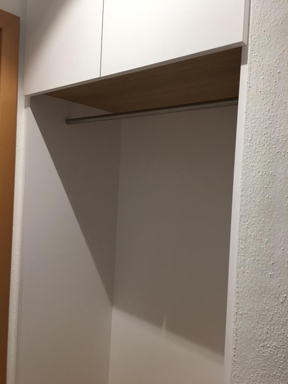 Kleine Garderobe passgenau eingefügt.