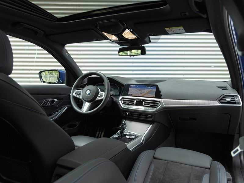 BMW 3 Serie Touring 330i M-Sport - Panorama - 19 Inch M-Performance - Active Cruise Controle afbeelding 6