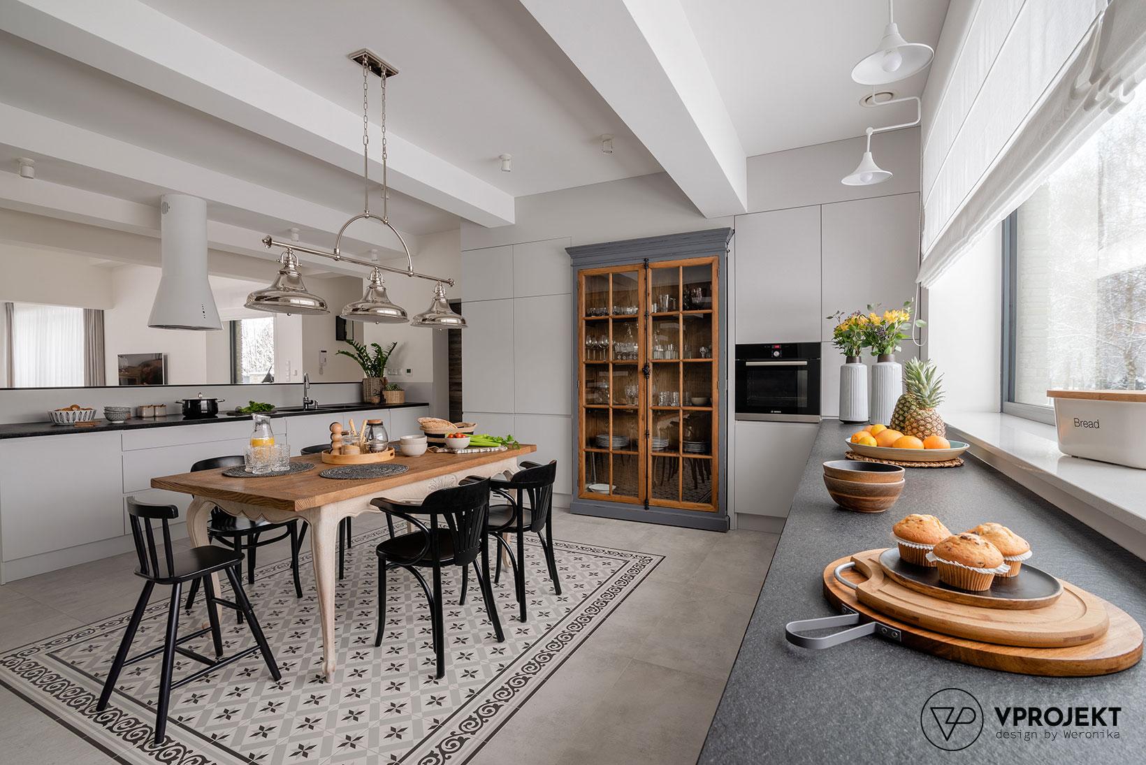 Wnętrze kuchni ze strefą jadalnianą