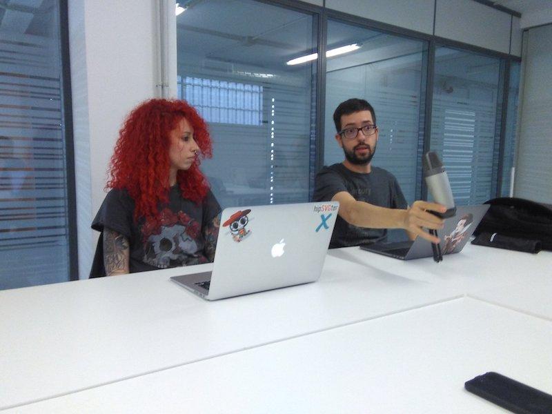 Foto de Carmen y yo hablando sobre WeCodeSign.
