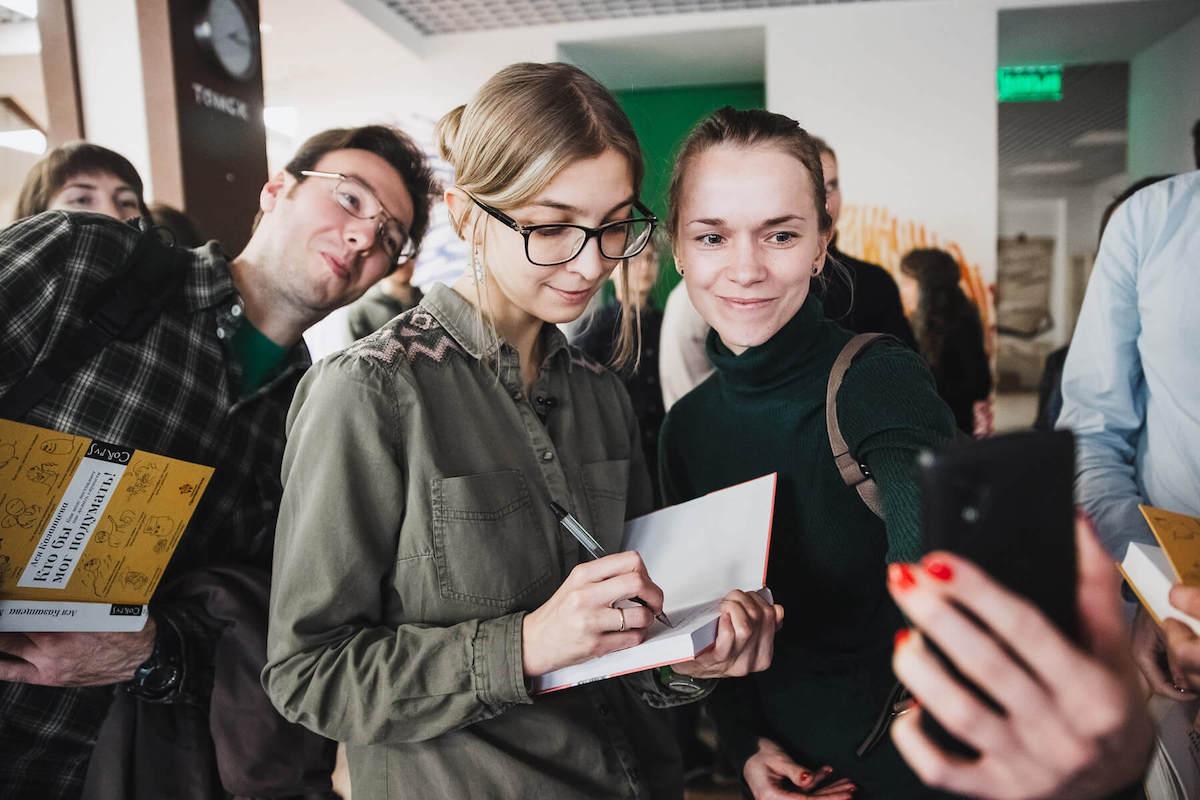 Ася Казанцева дает автограф после лекции. Фото: Анна Лаас