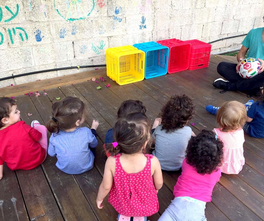 ילדים מול ארגזים