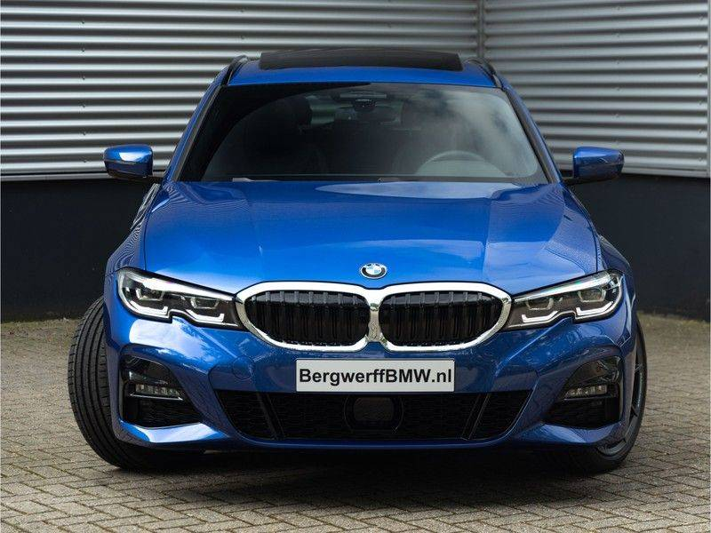 BMW 3 Serie Touring 330i M-Sport - Panorama - 19 Inch M-Performance - Active Cruise Controle afbeelding 5