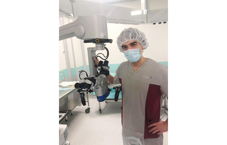 Алексей у операционного микроскопа в Ильинской больнице (Москва, декабрь 2019 года). Фото из личного архива