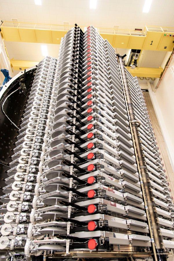 Figure 1: Cei 60 de sateliți Starlink în interiorul conului protector al treptei secundare Falcon 9, înainte de lansare (Sursă: SpaceX)