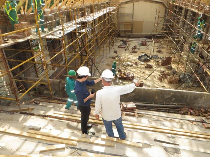 Baustelle mit zwei Bauleitern im Vordergrund