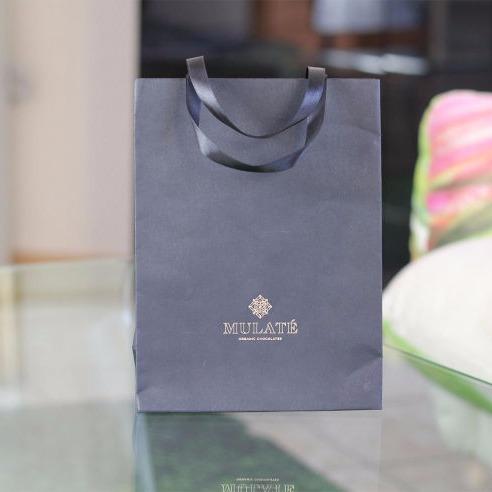 Popieriniai maišeliai su medžaiginėmis arba popierinėmis rankenėlėm.