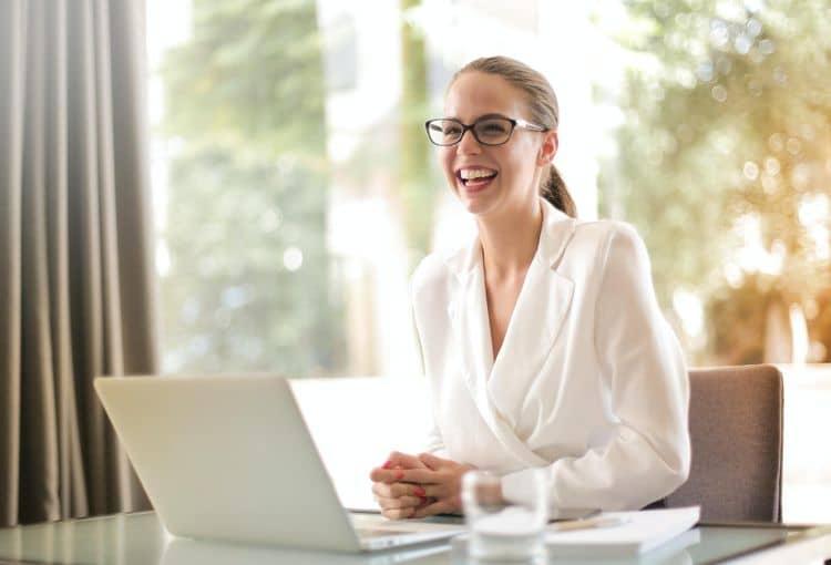 Kursteilnehmerin mit Laptop während einer Word Einzelschulung