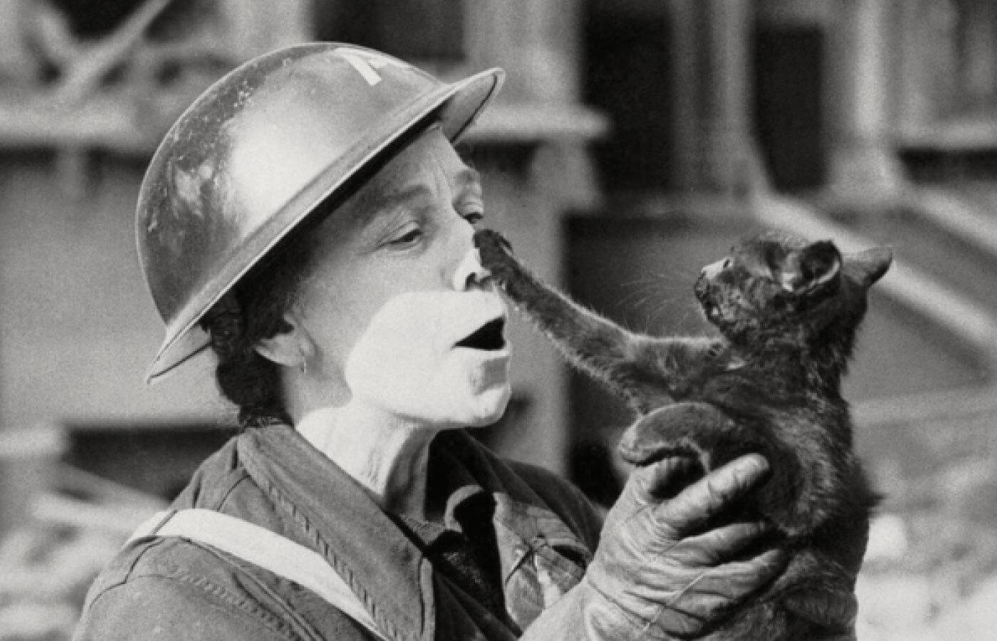 Женщина держит кота, спасенного после бомбежки Лондона в 1940 году. Фото: Mirrorpix