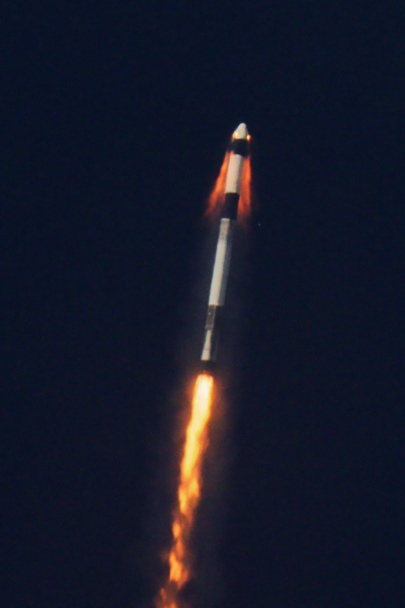 Figure 1: Momentul în care motoarele SuperDraco ale capsulei Dragon-2 sunt activate și aceasta se desprinde de racheta Falcon 9 (Sursa: SpaceX)