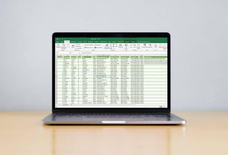 Laptop auf Schreibtisch mit Power BI auf Bildschirm