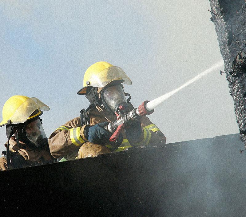 Pompier arrose un bâtiment