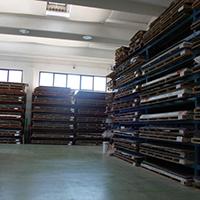 Abbiamo un vasto magazzino con circa 2000 lastre di diversi materiali spessori e colori