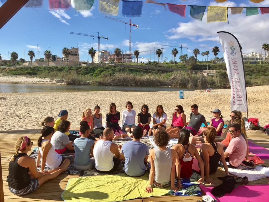 yoga en grupo en la playa