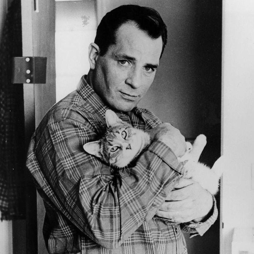 Джек Керуак с котом, 1965. Источник: anothermag.com