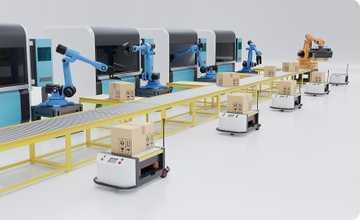 Lean manufacturing - deux mains tiennent une tablette dans un entrepôt de stockage. La tablette en plus de rendre la photo des cartons dans les rayonnages, fait apparaître des QR Codes et d'autres informations.