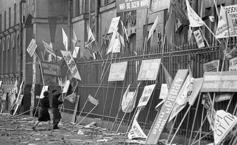 Транспаранты у стены посольства США. После демонстрации против вторжения американских войск в Ливан в 1958 году. Фото: Всеволод Тарасевич, russiainphoto.ru