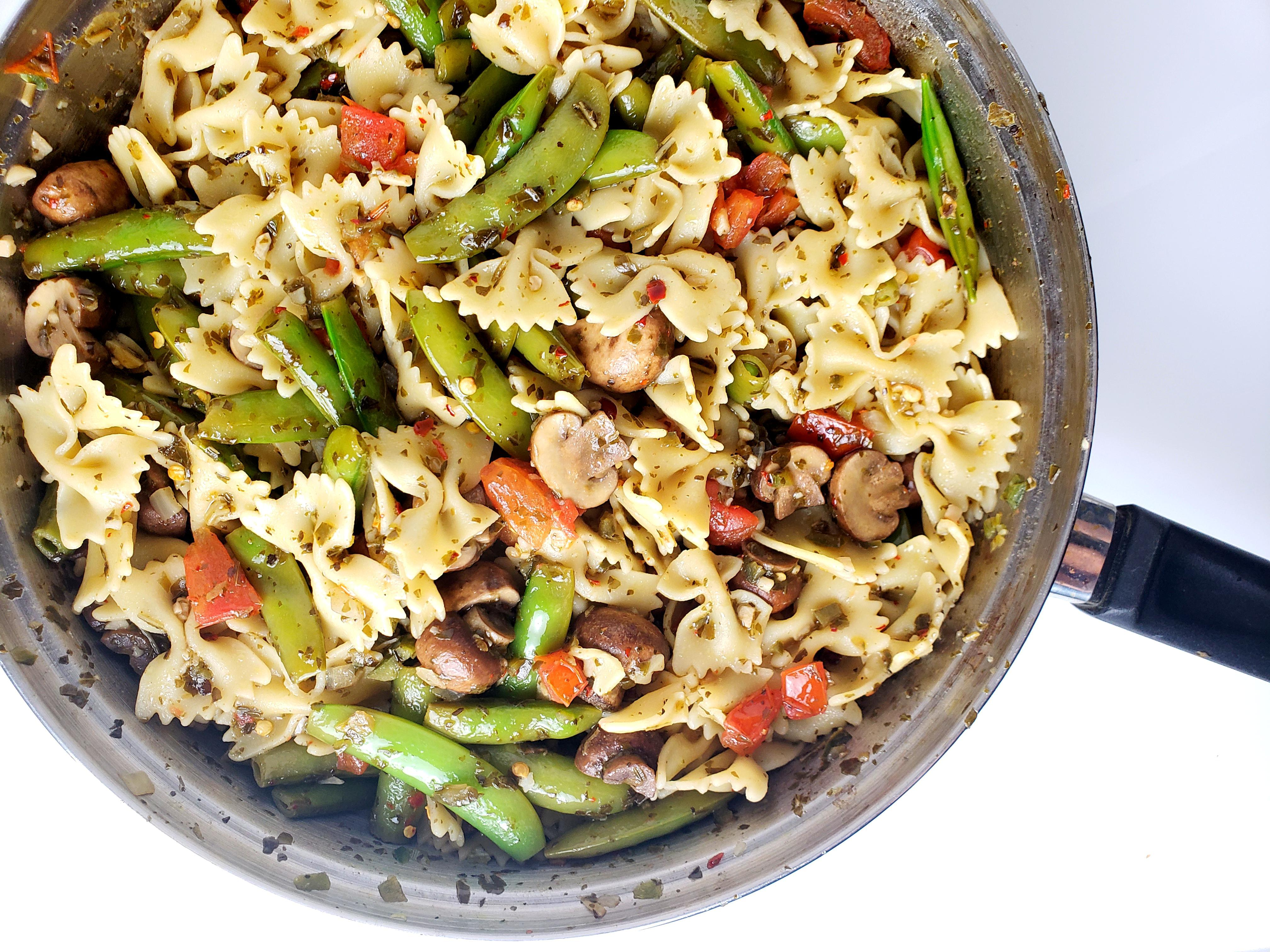 Pan with firecracker bowtie pasta and vegetables