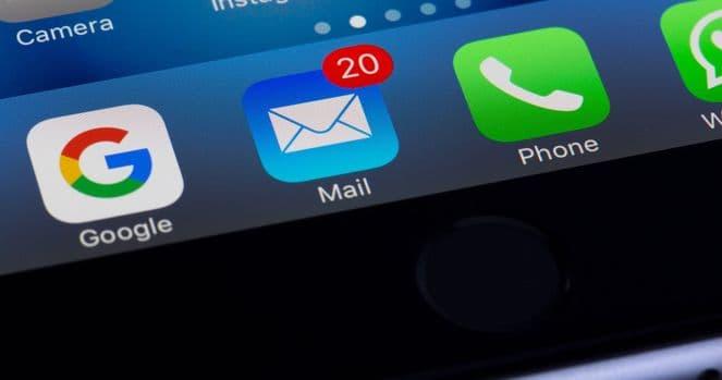 Ausschnitt von Handydisplay mit Fokus auf Mail-App