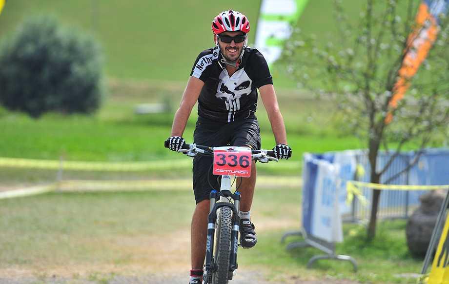 Thomas Hochörtler fährt mit dem Mountainbike durchs Ziel
