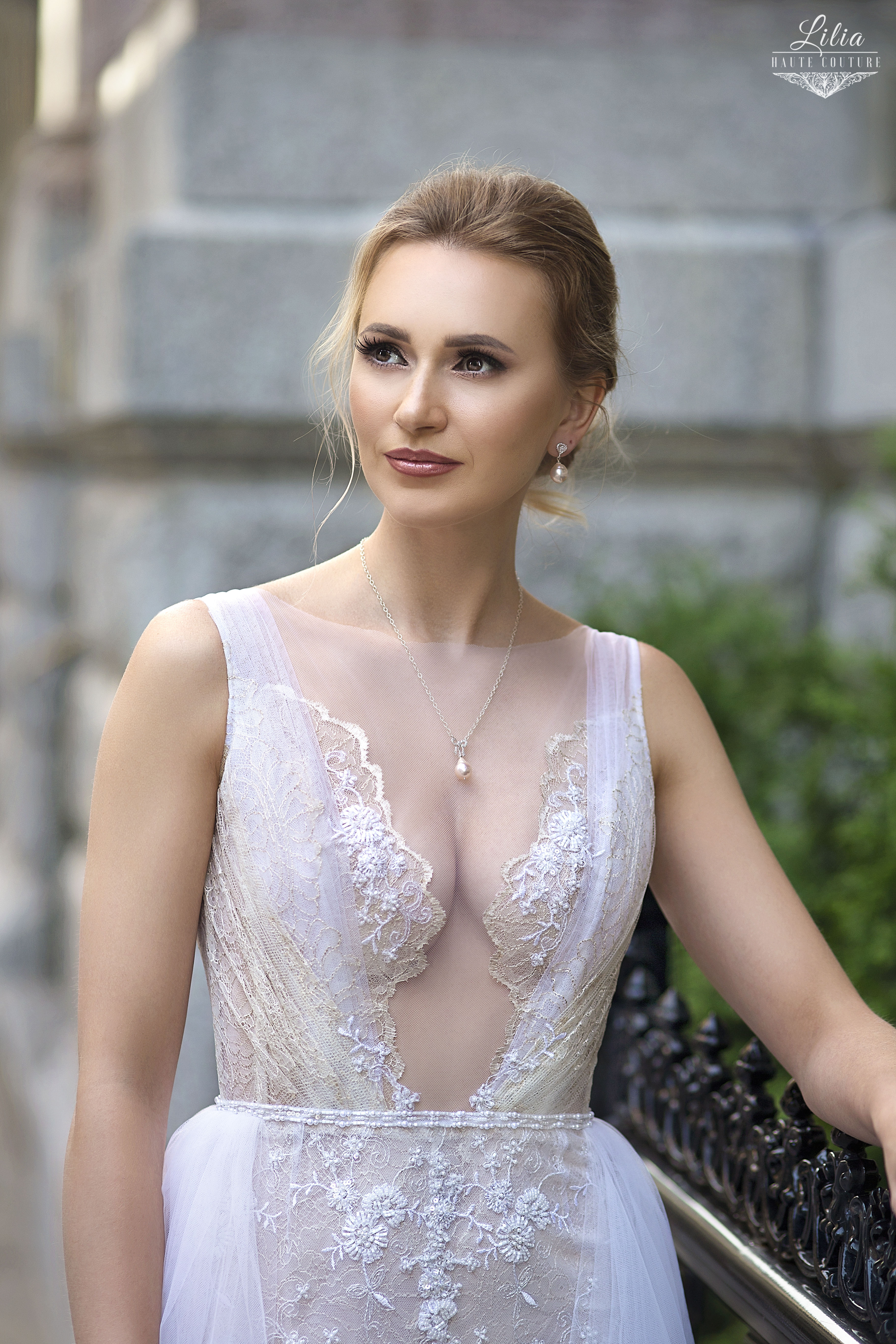 robe de mariee dentelle chantilly avec appliques de perlage lilia haute couture