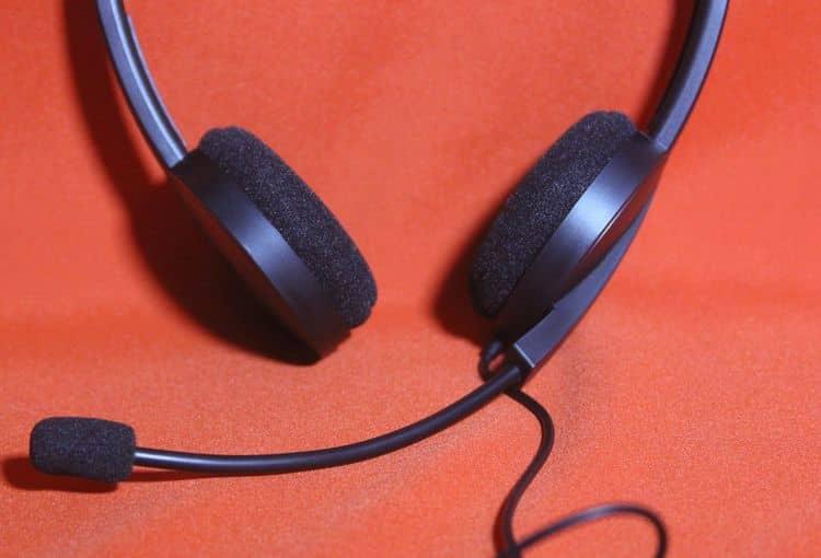 Headset vor orangenem Hintergrund