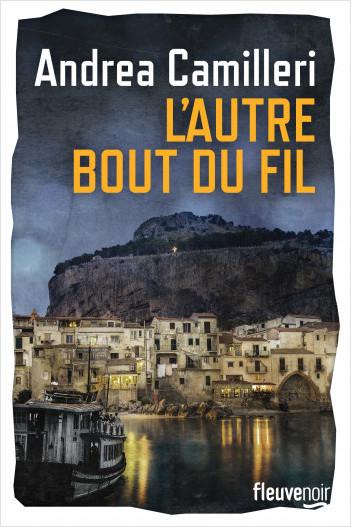 Paysage de nuit, un bateau arrive dans le port d'une petite ville italienne, maisons blanches, on voit du linge à sécher, les lumières du port et une falaise qui domine la ville en arrière-plan. Nom de l'auteur tout en haut, en blanc, titre du livre sur deux lignes, en jaune, juste en dessous.