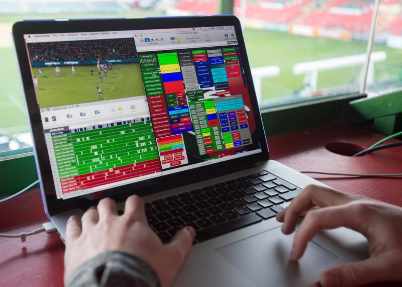 ノート PC でのレスター・タイガースの試合の Hudl 分析